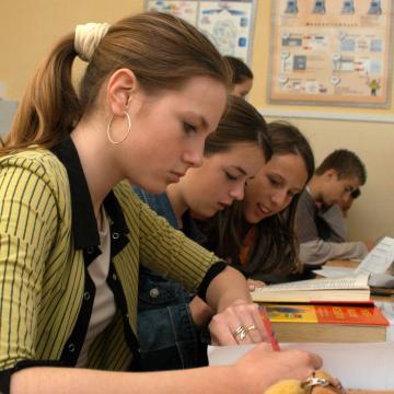 Több támogatás az iskolák fejlesztésére, a pedagógusok bérére