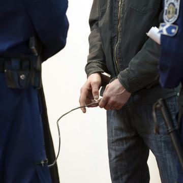 Letartóztatták egy embercsempész csoport irányítóját