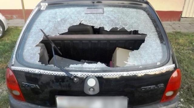 Megverték és még a kocsiját is megrongálták
