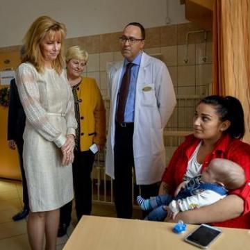 A debreceni gyermekgyógyászati klinikára látogatott a köztársasági elnök felesége