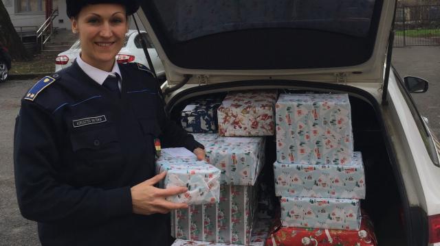 Rászoruló családoknak adományoztak a siklósi rendőrök