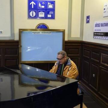 Zongorát kapott a pécsi főpályaudvar