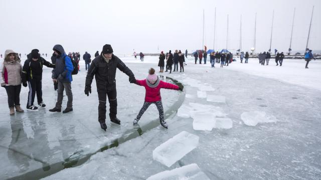 A jégen tartózkodás szabályaira és veszélyeire figyelmeztetnek