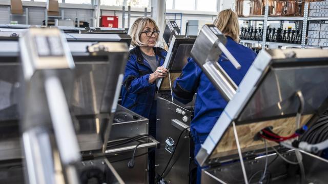 A munkaerőhiány miatt a kötelező mértéknél jobban emelkednek a fizetések