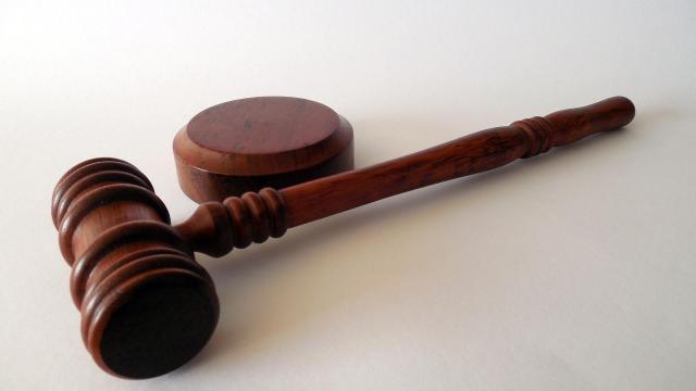 Vádat emeltek egy nővel szemben, aki halálra gázolta a férjét