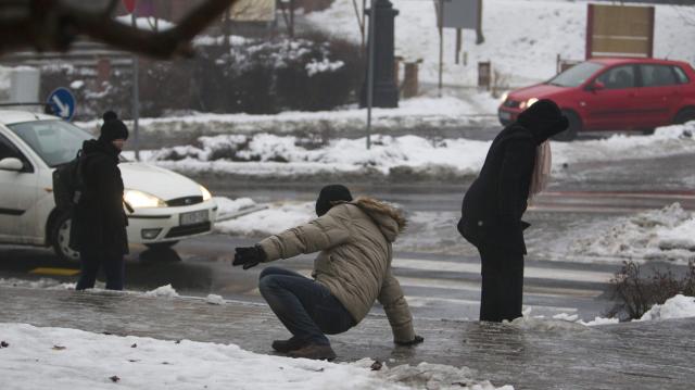 Viharos szélre és ónos esőre figyelmeztetnek több megyében
