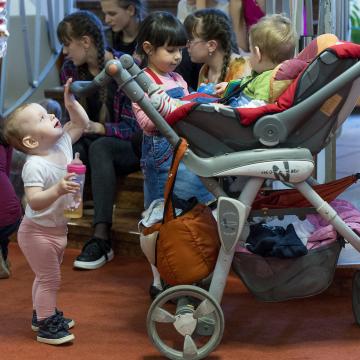 Már beadható be a támogatási kérelem kisgyermekesek képzésére, elhelyezkedésük támogatására