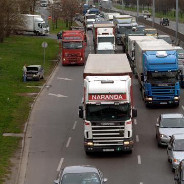 Mától háromnapos ellenőrzésen vizsgálják a teherautók és buszok műszaki állapotát