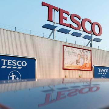 Két lépésben emeli munkavállalói bérét a Tesco