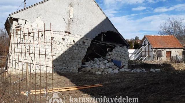 Leomlott egy ház oldala Egerben
