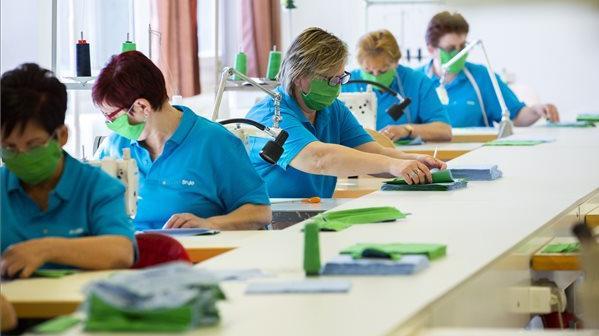 Helyi használatra maszkokat gyártanak a szakképző intézmények