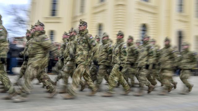 Katonák is segítik a kijárási korlátozás betartását