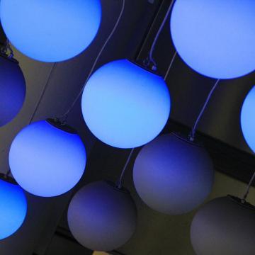 Kék színnel világítják ki az épületeket csütörtökön, az autizmus világnapján
