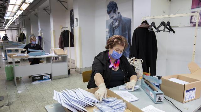 Varratják a maszkokat vidéki önkormányzatok, fertőtlenítőszereket osztanak