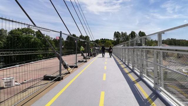 Birtoka vették a gyalogosok az Esterházy hidat