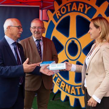 A Rotary Club Debrecen 100.000 maszkot adományozott az önkormányzatnak