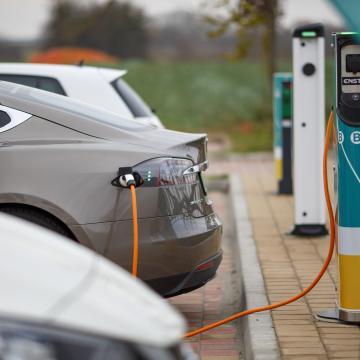 Csökkentek az elektromos autók árai az állami támogatás miatt
