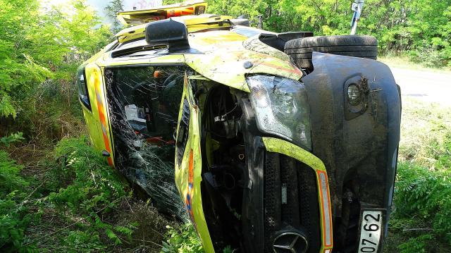 Felborult egy balesethez tartó mentőautó Lajosmizsénél