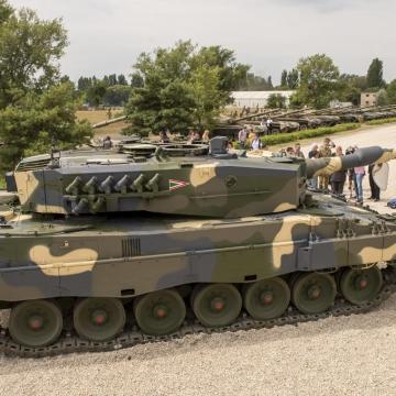 Megérkezett Tatára az első négy Leopard harckocsi
