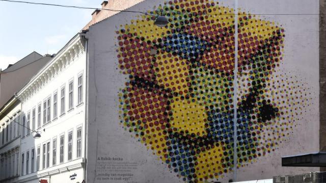 Új falfestmény díszíti a Károly körúti Tűzoltóságot