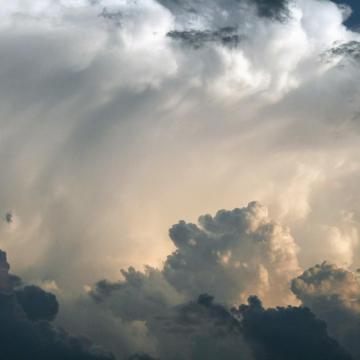 Zivatarok, felhőszakadás és UV-sugárzás miatt is figyelmeztetnek