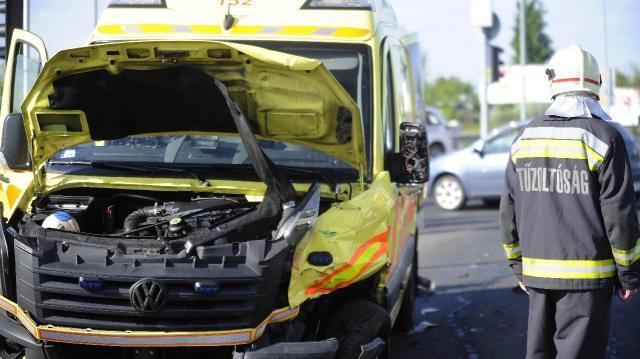Három évre ítélték a betegszállítóval ütköző sofőrt
