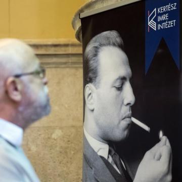 Debrecenbe érkezett a Kertész Imre tanulóéveit bemutató kiállítás