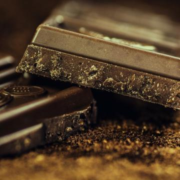 Műanyagdarabok a csokoládéban