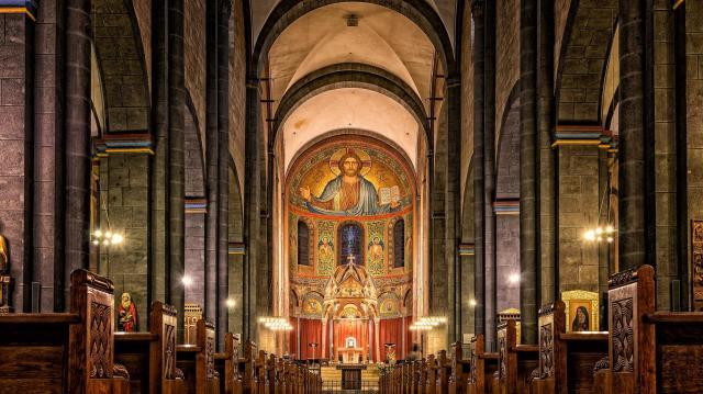 Nem tervezik a katolikus templomok bezárását