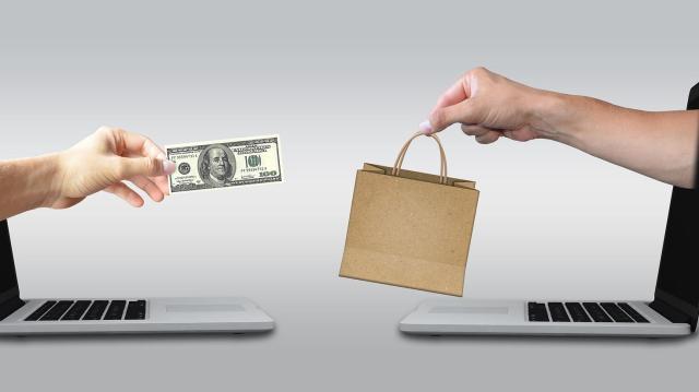 Egy felmérés szerint a 60 év felettiek 16 százaléka vásárol idén ajándékot online
