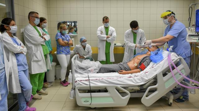 Több mint száz egészségügyi dolgozót és szakorvost képeztek tovább a Pécsi Tudományegyetemen egy hároméves programban