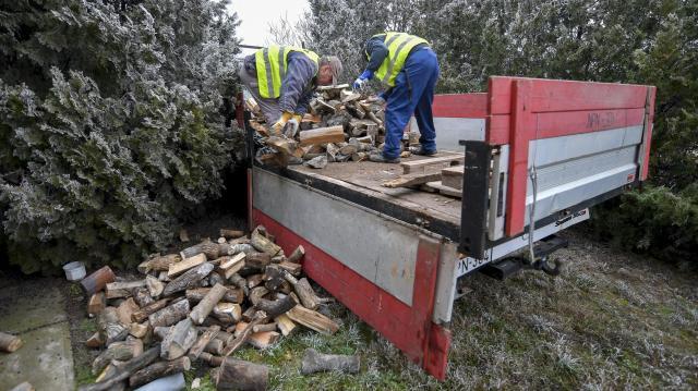 Tűzifával segít rászoruló családokon a Magyar Református Szeretetszolgálat