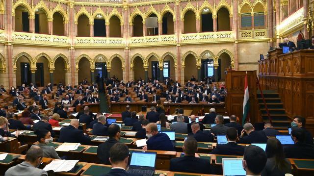 A kormány tagjait interpellálják a képviselők