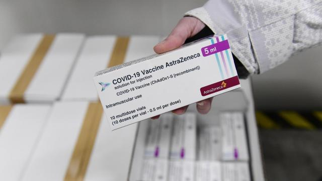 Az AstraZeneca vállalat oltóanyagának előnyei felülmúlják a lehetséges mellékhatások kockázatát