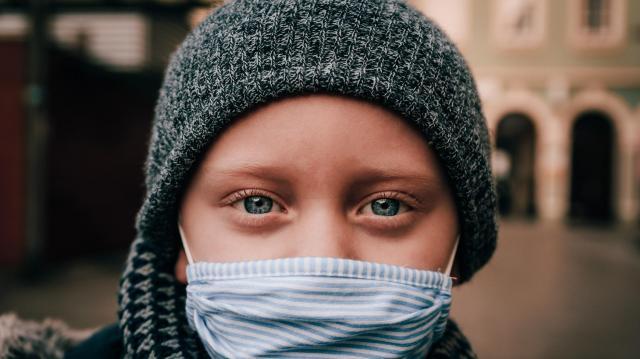 Kiderült, meddig kell még biztosan maszkot hordanunk az utcán