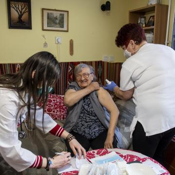 Meghalt 207 beteg, 2527-tel nőtt a fertőzöttek száma Magyarországon