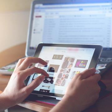 Netre fel! kampány az idősek internethasználatának segítésére