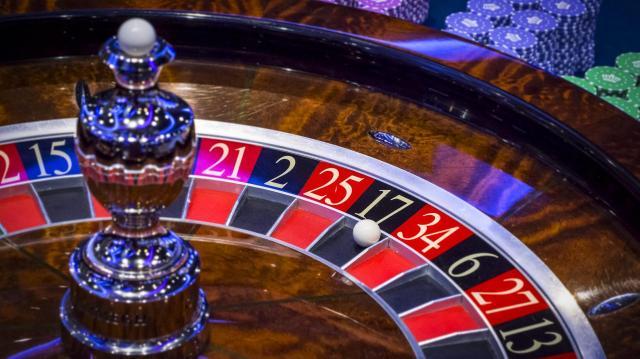 Öt évre ítéltek egy szerencsejáték-függő banki pénztárost