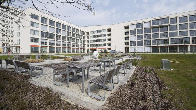 A kórház kertjében többen is meglátogathatják a betegeket