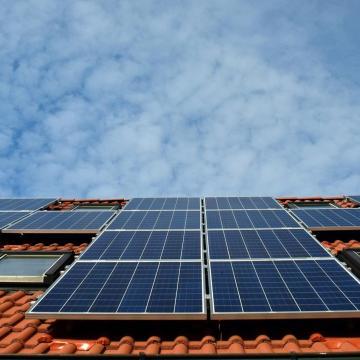 Az önerős napelemes beruházásoknál 2023 végéig marad a szaldó elszámolás
