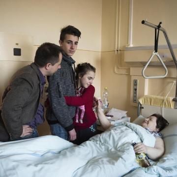 Országos tisztifőorvos: hétfőtől feloldják a kórházi látogatási tilalmat