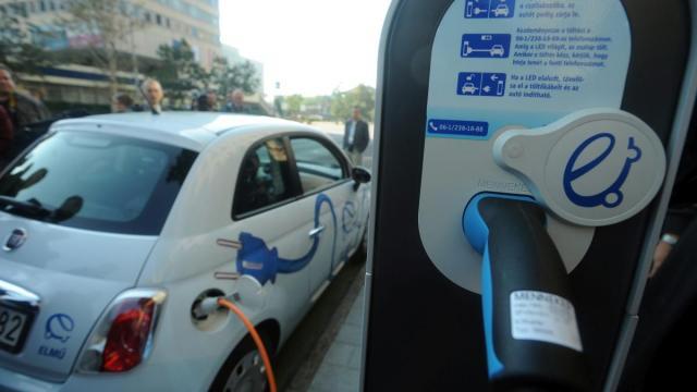 Tovább bővítik az elektromos autók töltőhálózatát
