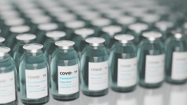 Újabb 260 ezer adag Pfizer-vakcina érkezett Magyarországra