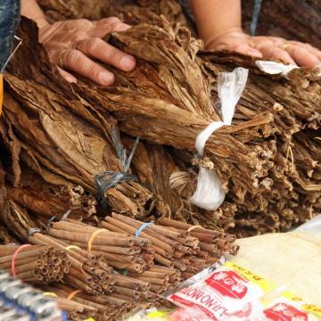 Húsztonnányi, fűrészporból és aromákból álló dohányt talált a NAV